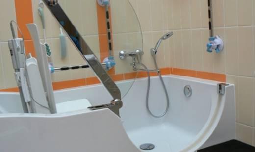 Бежевая ванная со свободным доступом для инвалидов