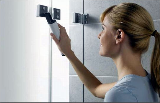 Девушка чистит ванную комнату