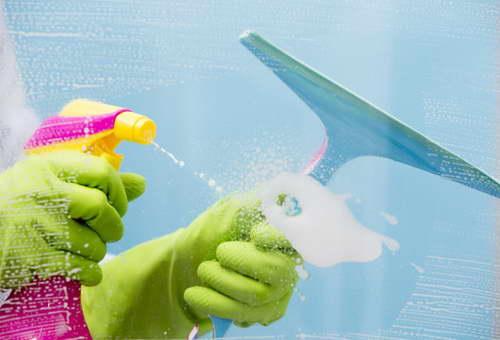 Очищение стеклянных стенок душевой кабины
