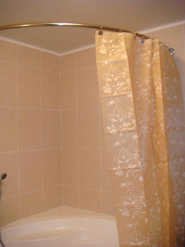 Узорчатая шторка для бежевой ванной