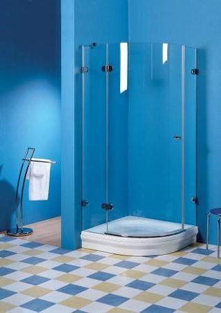 Синяя ванная комната с яркой керамической плиткой