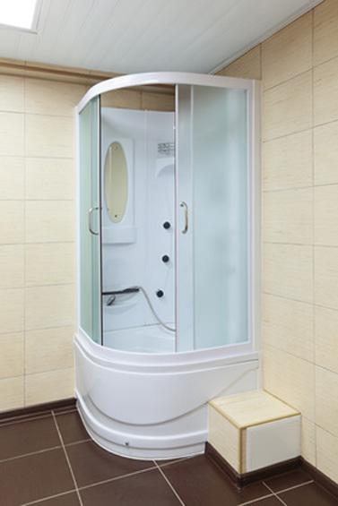 Ванная комната бежевого цвета с зеркалом