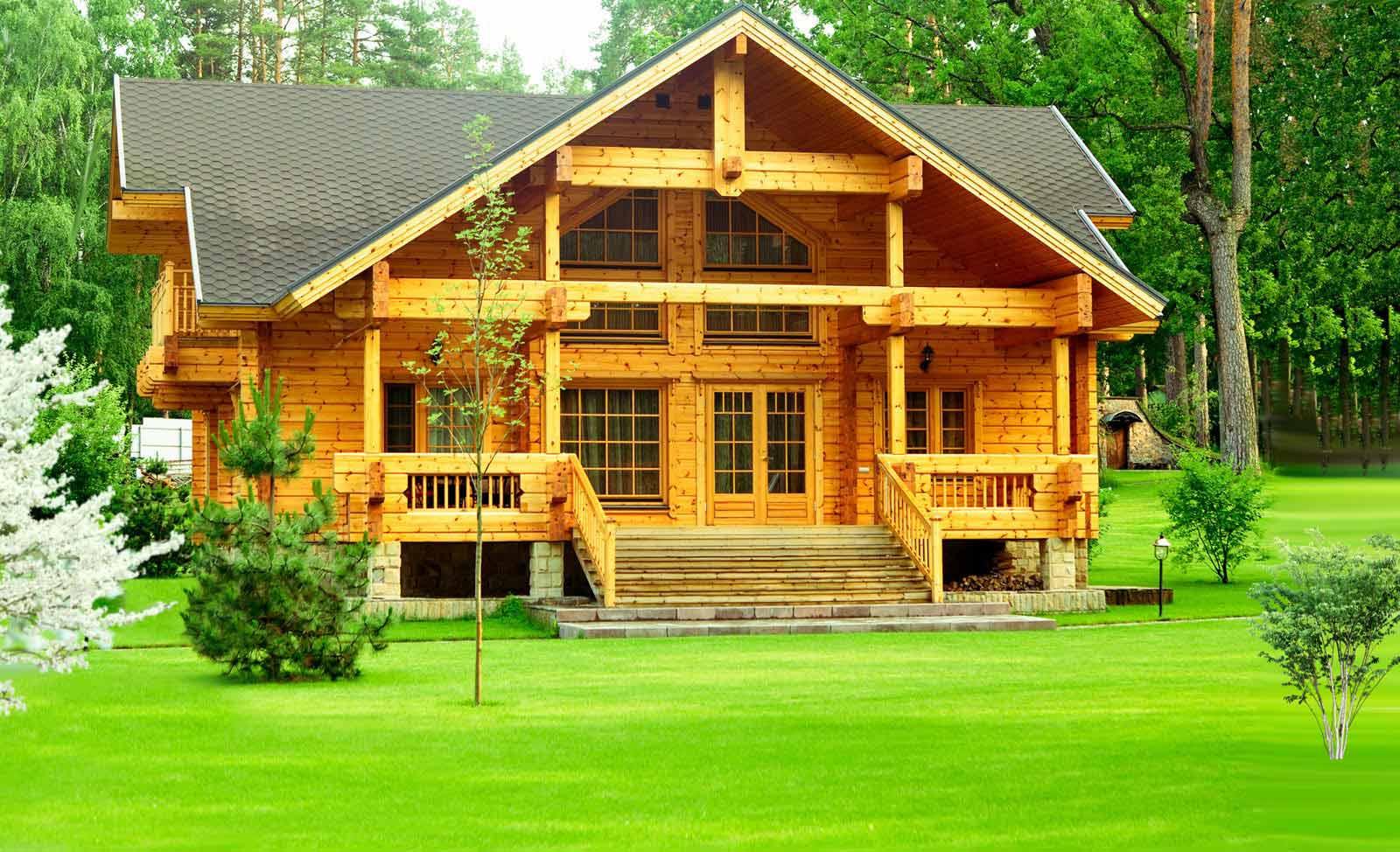 Деревянный дом на зеленой лужайке