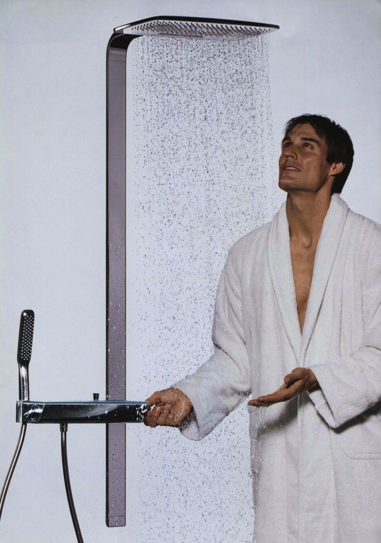 Мужчина и тропический душ в ванной комнате