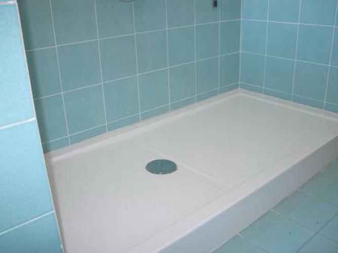Подиум для ванной комнаты с кафельной плиткой голубого цвета