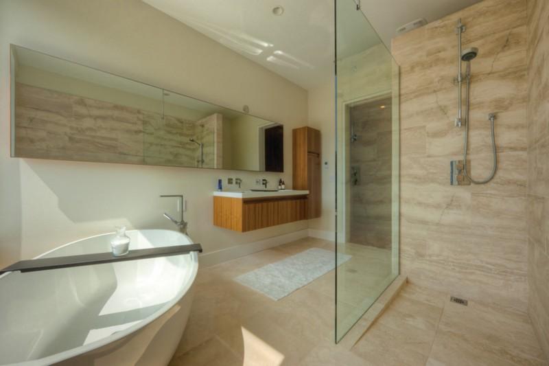 Открытая кабина для ванной комнаты бежевого цвета