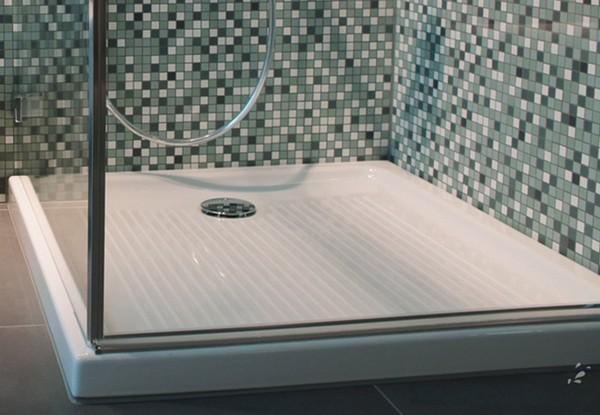 Керамический поддон для комнаты, оформленной голубой мозаикой