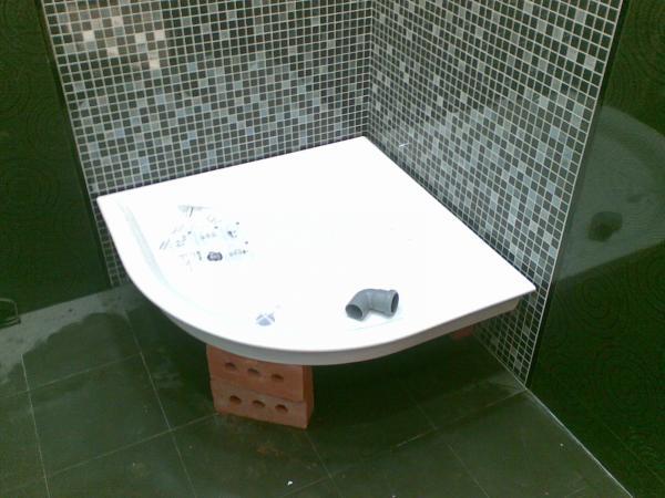 Ванная комната с зеленым мозаичным оформлением