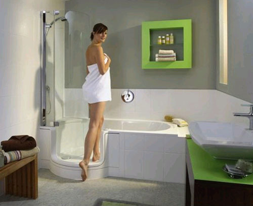 Девушка заходит в ванну, необычной формы в зеленой комнате