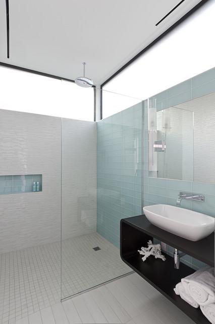 Ванная комната, оформленная бело-голубым кафелем