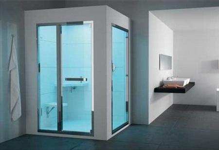 Встроенный душ со стеклянными дверями