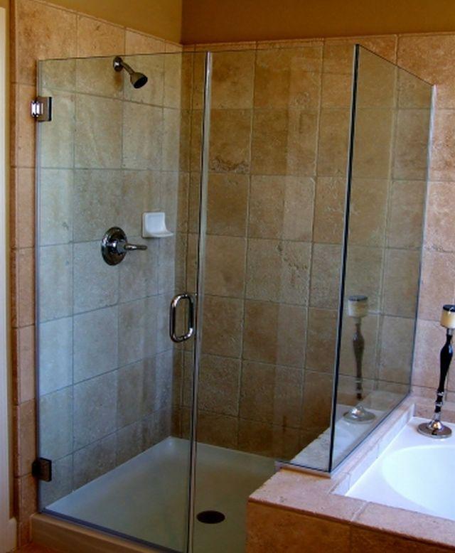 Стеклянная кабина для оранжевой ванной комнаты