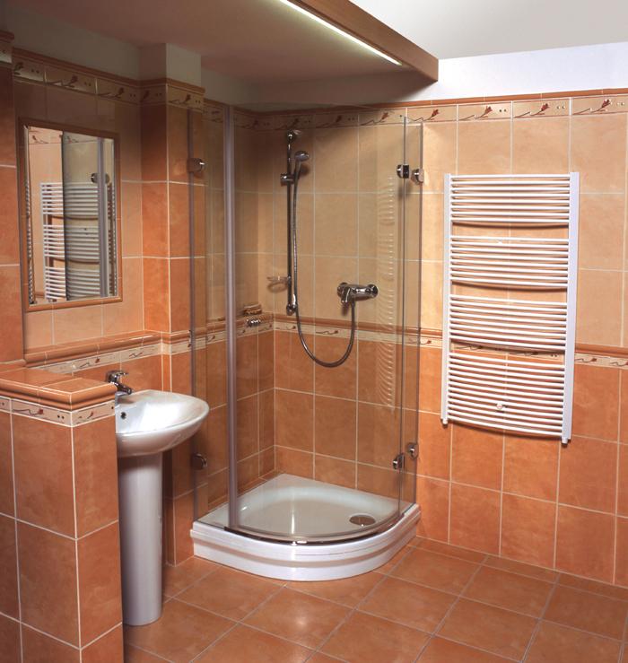 Ванная комната, оформленная кафелем оранжевого цвета