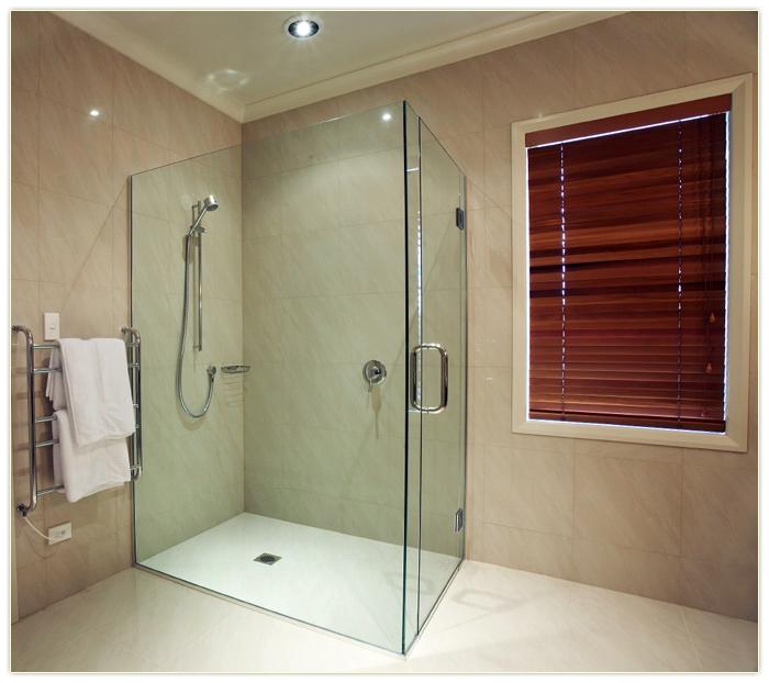 Закаленное стекло для ванной в бежевых тонах
