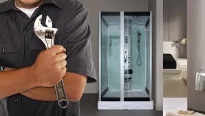Рабочий выполнил установку оборудования в ванную комнату
