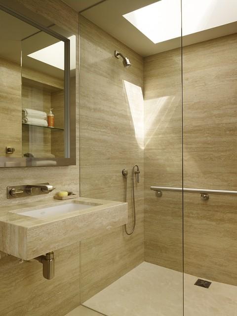 Ванная комната с большим количеством света