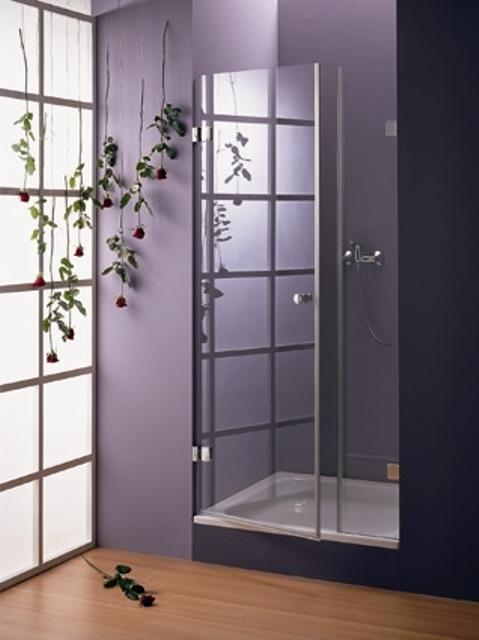 Фиолетовая ванная комната, оформленная красными розами