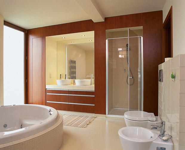 Ванная комната в бело-коричневых тонах