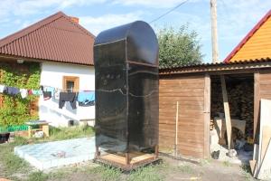 Душевая кабина черного цвета для установки на дачном участке